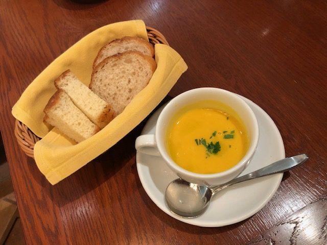 ヴォメロ 自家製パンとスープ