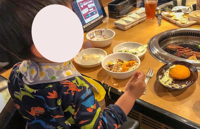 焼肉きんぐ・子供の食事風景