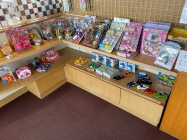 とんでん・店内風景(おもちゃ販売コーナー)